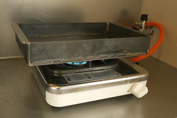 2.水気をとって5分程度火にかけ空焼きする