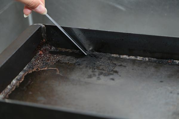 1.こびりつきがひどい時は火にかけて焼ききり、ヘラなどでこそげば剥がれ落ちる