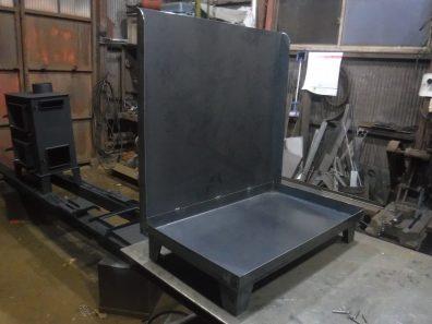 新型オーブン付き薪ストーブの塗装とストーブ台制作